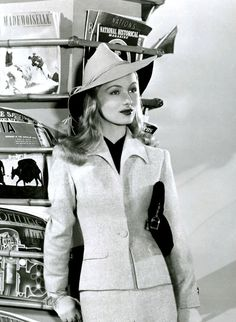 Veronica Lake with magazines in a tailored suit and hat. Lake's breakthrough role was in the 1941 war drama I Wanted Wings. The film was a major hit in which Lake played the second female lead. It was during the filming of I Wanted Wings that Lake. Hollywood Fashion, Old Hollywood Glamour, 1940s Fashion, Golden Age Of Hollywood, Vintage Glamour, Vintage Hollywood, Hollywood Stars, Vintage Beauty, Classic Hollywood