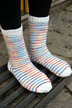 Rim Socks - optinen harha?   Kardemumman talo   Bloglovin' Slipper Socks, Slippers, Knit Basket, Joko, Knitting Socks, Knit Crochet, Womens Fashion, Shawls, Scarves