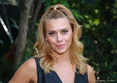 A atriz Carolina Dieckmann inovou no visual com seu meio rabo superalto
