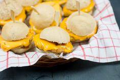 Miniburgers zijn echt de perfecte partysnack wat mij betreft. Deze kipsliders met cheddar zijn ook echt verrukkelijk. En zo leuk om op tafel te zetten!