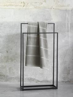 Aquanova YURI towel rack (YURTLH-09) made of black powder coated steel. A double towel rack with a height of 72/83 cm. Width 45 cm. Depth 20 cm.