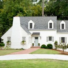 10 inviting popular Sherwin Williams exterior paint color ideas to consider when selecting a color for your house. 10 inviting popular Sherwin Williams exterior paint color ideas to consider when selecting a color for your house. White Exterior Paint, Exterior Paint Schemes, White Exterior Houses, White Siding, Exterior Paint Colors For House, Paint Colors For Home, Exterior Colors, Exterior Paint Combinations, Exterior Shutters
