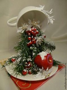 Cup crafts Christmas decorations with ornaments spilled from cups Beautiful Christmas Decorations, Christmas Centerpieces, Christmas Tea, Christmas Wreaths, Christmas Ornaments, Handmade Christmas, Christmas Projects, Holiday Crafts, Floating Tea Cup