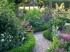 Elegant Garten im Landhausstil anlegen Gartenweg mit hohen Blumen
