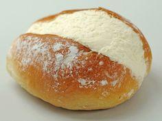I maritozzi sono un dolce tipicamente romano, che si può servire da solo oppure accompagnandolo con della golosissima panna montata