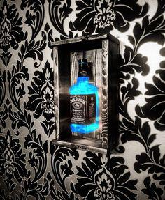 Diy Furniture Projects, Diy Wood Projects, Lampe Jack Daniels, Deco Gamer, Cute Bedroom Decor, Man Cave Home Bar, Diy Bar, Bottle Lights, Wine Bottle Crafts