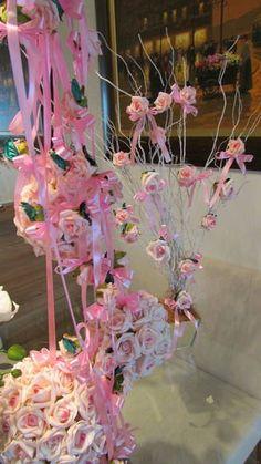 kit R$370,99 correspodne a : - 4 móbiles de rosas 1 metro cada, contém 6 rosas cada móbile; valor unit.R$18,90 - 2 bolas M 32 rosas cada, mede aprox. Por diâmetro 15x15; valor unitario R$47,90 - 1 bola G 72 rosas mede aprox. 20x20 diâmetro; valor unitario R$ 98,90 - 1 mini-árvore francesa no vaso de espelho, vaso mede 15x15 alt. da arvore 70 cm. Aprox. Poderá ser conforme sua altura desejada! (Vão bem embaladas e enviamos para todo o Brasil a mini -árvore vai separada do vaso, basta voce en…