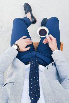 Acheter la tenue sur Lookastic: https://lookastic.fr/mode-homme/tenues/blazer-chemise-de-ville-pantalon-de-costume/20126   — Slippers en cuir bleus marine  — Pantalon de costume bleu  — Bracelet brun  — Montre en cuir noir  — Ceinture en cuir noir  — Cravate en laine á pois bleu marine et blanc  — Blazer gris  — Chemise de ville blanche