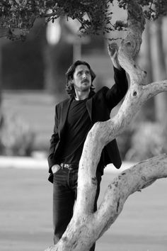 Christian Bale is always kind to trees. He is a man of the Earth. Christian Bale, Batman Begins, Beautiful Men, Beautiful People, Ginger Beard, Cute Celebrities, Hollywood Actor, Best Actor, Celebrity Crush