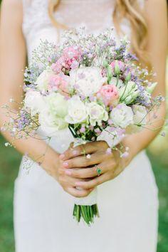 Ein Brautstrauß mit Freilandrosen für eine romantische Sommerhochzeit in zarten Pastell-Farben, aufgelockert durch weißes Schleierkraut und Limonium. Das tolle Bild hat @mjanetzko fotografiert. Weitere Ideen für Brautsträuße und Hochzeitsfloristik findet ihr auf meiner Wildflower Pinterest ( http://www.pinterest.com/wildflowerstgt), Facebook (http://www.facebook.com/wildflowerstuttgart) und Instagram (http://www.instagram.com/wildflowerstuttgart) Seite.