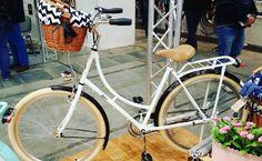 Preparamos otra NOVEDAD Bicicleta perfecta como regalo para Los Rejes  Hoy disponible en nuestra tienda   BICICLETA HOLANDESA MUJER  Bicicleta urbana holandesa para mujer en color blanco con ruedas 26″. Bicicleta con portaequipaje. Sillín y los puños diseñados de piel en color negro. Cable de freno en color blanco.