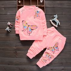 Baby / Toddler Butterfly Patterned Sweatshirt and Pants Set Baby Outfits, Kids Outfits, Cute Baby Girl, Baby Girl Newborn, Pants Outfit, Outfit Sets, Tracksuit Set, Mantel, Clothing Sets