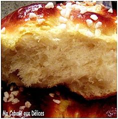 La Mouna est une brioche originaire d'oran et préparée pour Pâques par les juifs pieds noirs. Agrémentée d'agrumes, elle est surmontée de sucre concassés en son