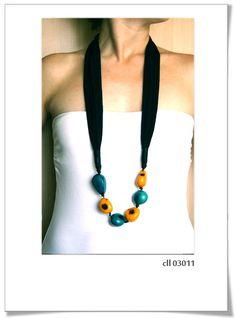 Collar Cll03011  Precioso diseño, con inspiración Africana.     Está realizado a mano, con el mejor genero de algodón y adornos de semillas.     Talla única.  Color género negro, y semillas color amarillo y turquesa oscuro.
