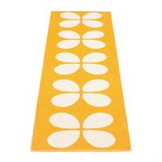 Aki is a stylish woven plastic carpet from Pappelina that is reversible! You only need to turn the rug around to get a whole new look, where you will get a white background with an orange pattern.