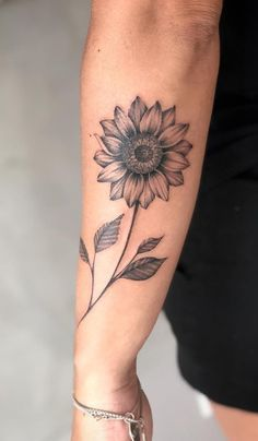 Celebrate the Beauty of Nature with these Inspirational Sunflower Tattoos schönes Sonnenblumen Tattoo © Tattoo Artist Bia Nery Tattoo 💟🌻💟🌻💟🌻💟🌻💟🌻💟 Sunflower Tattoo Sleeve, Sunflower Tattoo Shoulder, Sunflower Tattoo Small, Sunflower Tattoos, Sunflower Tattoo Design, Sunflower Mandala Tattoo, Watercolor Sunflower Tattoo, Tattoo Watercolor, Unique Tattoos