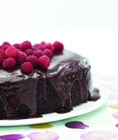 Makkelijke chocoladetaart - uitproberen met kersen en minimarshmellows erdoor en witte chocoganache erover!