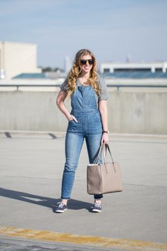 Casual overalls for easy weekend living! Sharing how I style my overalls for a comfy weekend look ready for running errands to going to the movies. Sport Fashion, Denim Fashion, Womens Fashion, Fashion Trends, Overalls Fashion, Weekend Style, Weekend Outfit, Pinup Couture, Sport Chic