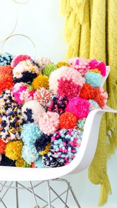 DIY Pom Pom Pillow - Fun DIY Home Decor project for fall - yarn pom pom - trendy… (Cojines Diy Ideas) Diy Home Decor Projects, Diy Home Crafts, Easy Diy Crafts, Craft Projects, Fun Diy, Craft Ideas, Fall Crafts, Decor Crafts, Decor Ideas