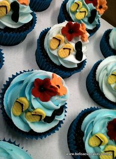 Summer Cupcakes: Adding details to your favorite cup cake recipe like flip flops, sunglasses and a few summer blossoms!