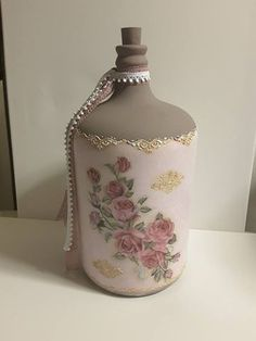 Discover thousands of images about Decoupage luxury concepts fényképe. Glass Bottle Crafts, Wine Bottle Art, Diy Bottle, Decoupage Tins, Decoupage Glass, Inspiration Artistique, Painted Glass Vases, Decorated Wine Glasses, Vase Crafts