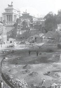 Foto storiche di Roma - Via del Teatro Marcello (già via Tor de'Specchi,poi via del Mare) durante le demolizioni Ottobre 1929