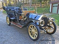1910 Thomas Flyer. The E.R. Thomas Motor Company built automobiles from 1902 to 1919. The 1904 Thomas was a touring car model. Equipped with a tonneau, it could seat 5 passengers and sold for US$2500. The vertically mounted water-cooled straight-3, situated at the front of the car, produced 24 hp (17.9 kW). A 2-speed planetary transmission was fitted.
