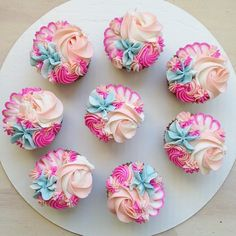 In love with these cupcakes Pretty Cupcakes, Beautiful Cupcakes, Flower Cupcakes, Fun Cupcakes, Cupcake Cookies, Chip Cookies, Cupcakes Design, Cake Designs, Cake Decorating Tips