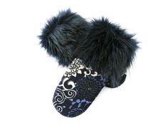 Mitaines bleues, mitaine pour femme, mitaine et fourrure bleue, laine bouillie, matières recyclées, mitaine élégante, mitaine chic, mitaines de la boutique CroqueMitaines sur Etsy Fur Slides, Eco Friendly, Boutique, Chic, Etsy, Ideas, Faux Fur, Fingerless Gloves, Blue