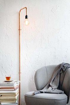 KARWEI | Met een paar koperen buizen, koppelstukken en bevestigingsplaatjes maak je deze prachtige wandlamp.