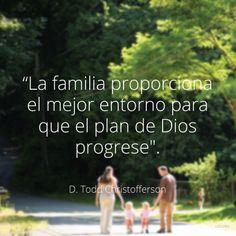 """""""La familia proporciona el mejor entorno para que el plan de Dios progrese"""". —Élder D. Todd Christofferson,""""El porqué del matrimonio, el porqué de la familia""""."""