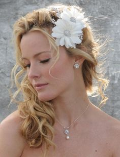 Variety of Wedding Hairstyles Pulled To The Side hairstyle ideas and hairstyle options. If you are looking for Wedding Hairstyles Pulled To The Side hairstyles examples, take a look. Wedding Hair Tips, Messy Wedding Hair, Wedding Braids, Beach Wedding Hair, Side Ponytail Curls, Side Braid With Curls, Side Ponytail Wedding, Wedding Ponytail Hairstyles, Side Ponytail Hairstyles