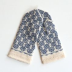 Knitted Mittens Pattern, Knit Mittens, Knitted Gloves, Knitting Charts, Baby Knitting, Knitting Patterns, Blue Mittens, Norwegian Knitting, How To Purl Knit