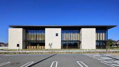 高砂市立図書館 | 石本建築事務所 Minimal Architecture, Church Architecture, Facade Design, House Design, Building Elevation, Hospital Design, Built In Storage, Modern Minimalist, House Plans
