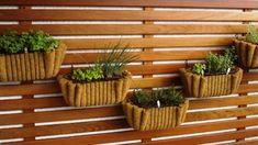 Como fazer uma horta de temperos | Decorando Casas Herb Garden, Indoor Garden, Wood Grill, Backyard Plants, Hanging Pots, Plant Design, Lanai, Flower Power, Planter Pots