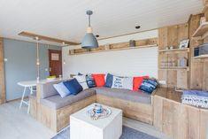 De Ocean lodge woonkamer! Wat vinden jullie van deze hippe woonkamer? #STOERbuiten #Italië #Frankrijk #Zeeland #glamping #interieur #woonkamer #decoratie #genieten Lodges, Loft, Glamping, Caravan, Furniture, Home Decor, Cabins, Decoration Home, Room Decor