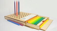 Un astuccio di legno dal design pensato per chi disegna, con degli spazi appositi per i pastelli che non vengono usati in quel momento. Disegno creativo: attrezzi.
