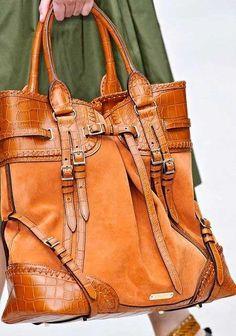 Deri ve süetin bir arada kullanıldığı el çantası modellerini hem deri, hem süet bot ve çizmelerinizle kullanabilirsiniz.