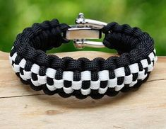 Survival Straps Paracord Bracelets are not only fashionable, they're made of super strong military spec paracord. The ultimate in survival gear! Hemp Bracelets, Paracord Bracelets, Bracelets For Men, Friendship Bracelets, Paracord Braids, Paracord Knots, Paracord Tutorial, Bracelet Tutorial, Paracord Bracelet Survival