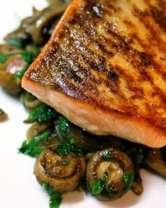 Pan-Roasted Salmon With Wild Mushrooms | Love a delish and satisfying dinner that doesn't weigh you down!