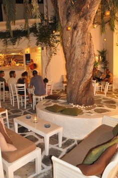 Cafe in de Vicoli di Naoussa on de island of Paros in Greece