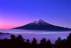 In the evening, the sun shines, showing a purple, beautiful and romantic