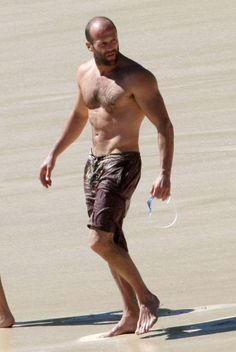 Jason Statham truly is the Sexiest Man Alive. Hommes Sexy, Famous Men, Famous People, Shirtless Men, Hollywood Actor, Hairy Men, Looks Style, Strand, Movie Stars