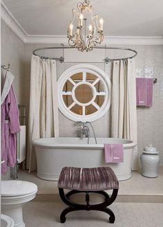 I'm in love with this bathroom!!! And why not, it's purple :)