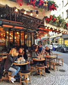 Have a great weekend everyone! Un bon week-end à tous! ✨ The heated terrasse of le Compas, so decorated the name is hidden French Cafe, French Bistro, Cafe Bistro, Cafe Bar, Bistro Chairs, Coffee Shop Design, Cafe Design, Design Shop, Illumination Noel