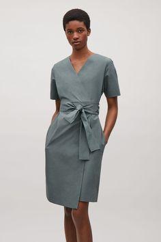 2d518815b622 COS   Wrap-over cotton dress Baumwollkleider, Was Man Anziehen Soll, Tunika,