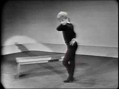 Gwen Verdon demonstrating the choreography from Damn Yankees with Bob Fosse. Praise Dance, Jazz Dance, Contemporary Dance, Modern Dance, Bob Fosse, Damn Yankees, Sweet Charity, Dance Tips, Bolshoi Ballet