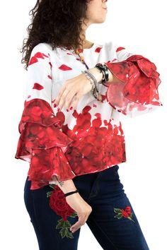 Blusita muy flamenca con volantes en las mangas y estampado de pétalos con la que serás el alma de la fiesta.
