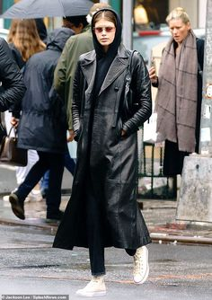 Kaia Gerber channels the Matrix in leather trench coat out in NYC Kaia Gerber was giving it her best Keanu Reeves while out in New York with her parents this weekend dressed in a Matrix inspired trench coat. Kaia Gerber, Rande Gerber, 2000s Fashion, Nyc Fashion, Look Fashion, Winter Fashion, Long Leather Coat, Leather Trench Coat, Black Leather