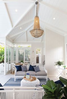 See inside our latest front cover home and a stylish architect-designed pool house that completes the renovated Queenslander in Bulimba. Indoor Outdoor Living, Outdoor Rooms, Outdoor Balcony, Outdoor Areas, I Lak, Pool House Interiors, Pool House Decor, Queenslander House, Pool House Designs